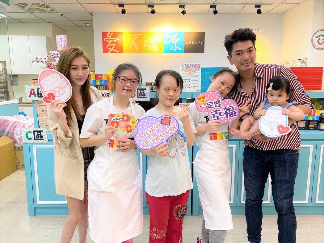 潘逸安(右)抱著女兒米估和老婆Vivian(左)一同參訪憨兒烘焙坊。圖/艾迪昇傳...