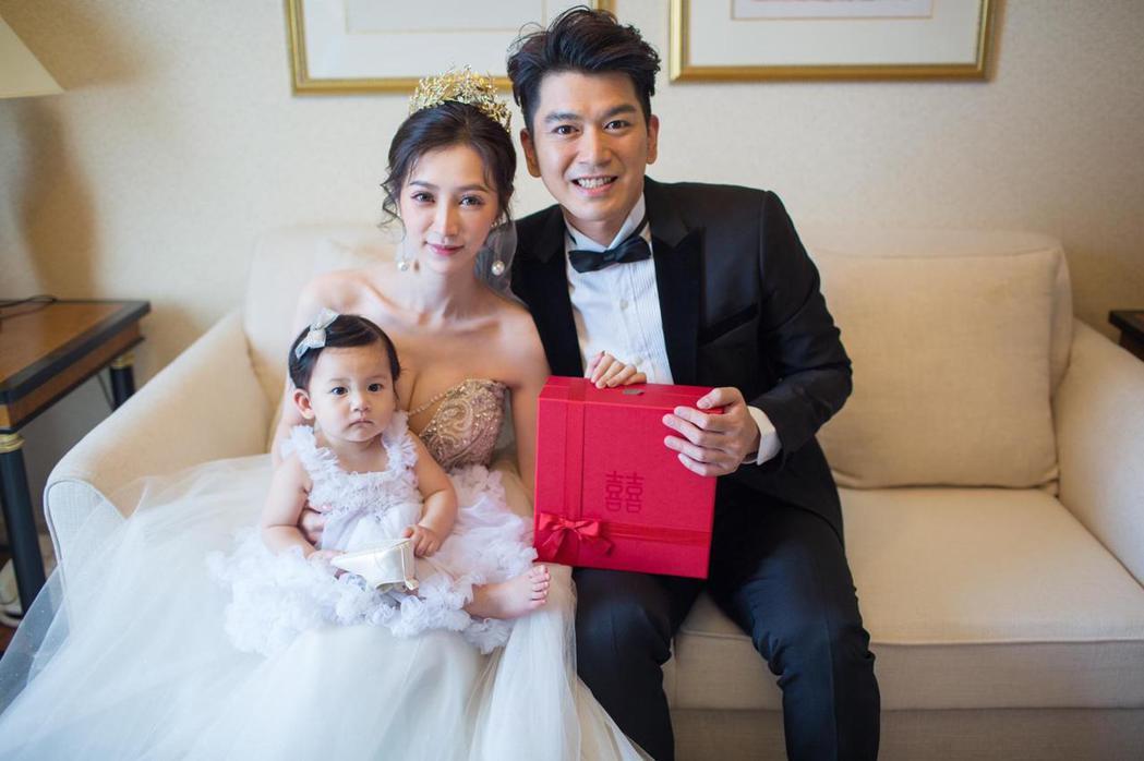 潘逸安(右)和老婆Vivian、女兒米估在高雄先辦一場婚宴。圖/艾迪昇傳播提供