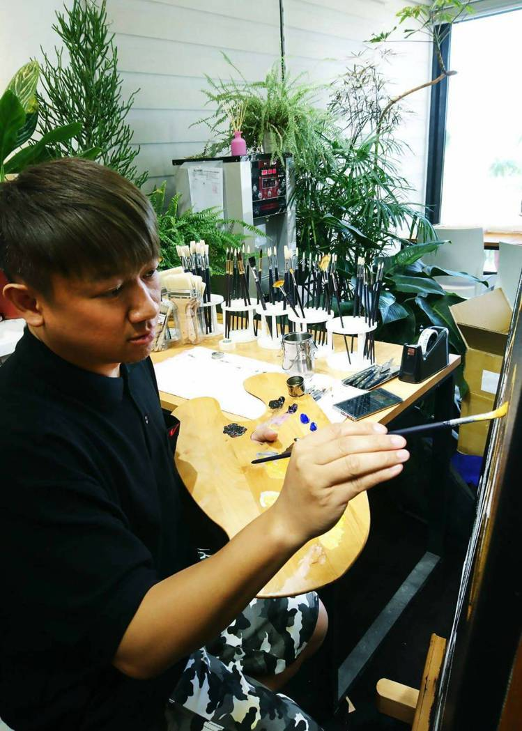 沙布喇.安德烈在台東原住民文化創意產業部聚落(TTICC)駐村期間的創作身影。圖...