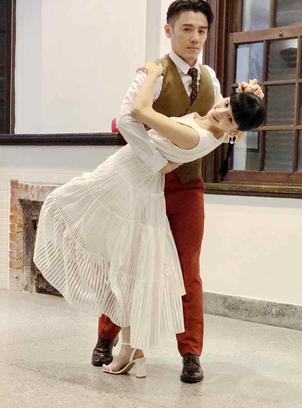 姚愛寗(左)、邱志宇(右)在首映記者會上重現「戀愛好好說」的探戈舞蹈。圖/海鵬提...