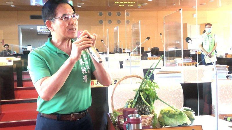 台中市議員吳敏濟表示,台中果菜市場農業殘留檢驗太草率。記者陳秋雲/攝影