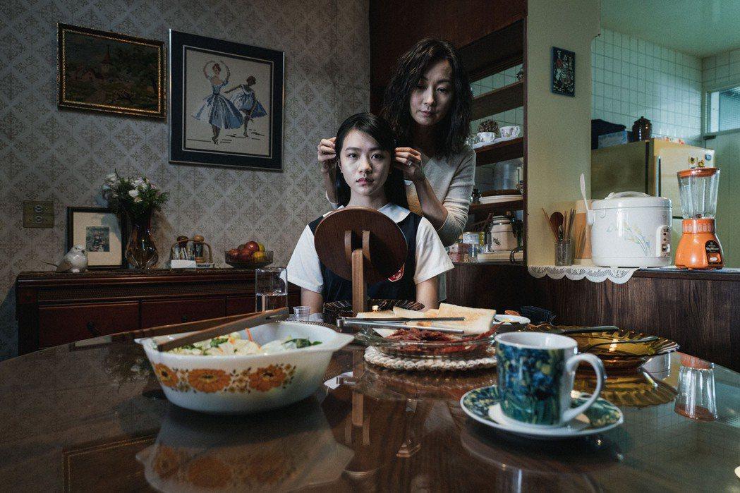 鄭家榆(後)飾演李玲葦的控制狂母親。圖/公視提供