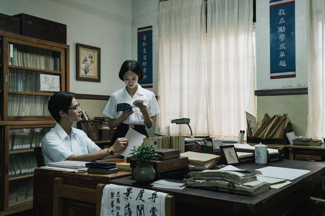夏騰宏(左)與韓寧上演時代虐戀。圖/公視提供
