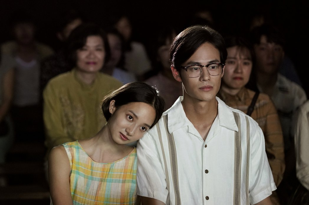 夏騰宏(右)與韓寧拍攝約會戲時兩人全「濕身」。圖/公視提供