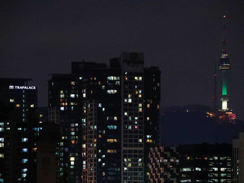 KB國民銀行統計,今年6月首爾大廈的平均交易價格9億2509韓元(約台幣2300萬元),是三年前的1.5倍。圖為南韓漢江邊夜景。新華社