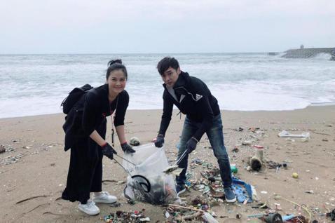藝起發光協會今帶領60多位藝人,與「ASSAxRE-THlNK淨灘活動」合作,到新北萬里的頂寮沙灘進行淨灘一共撿了263公斤的垃圾,理 事長宋逸民也提到這次組隊參加活動的主要原因,「過去我們的活動也...