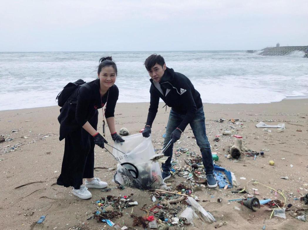 藝起發光協會的陳維齡(左)和宋逸民夫妻檔號召藝人參加淨灘活動。圖/藝起發光提供