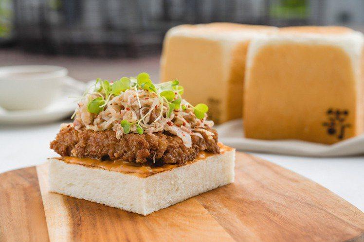 Wildwood炸豬排吐司,培根酸菜,塔塔醬。圖/Wildwood提供。
