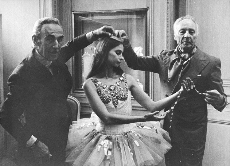 (由左至右)皮埃爾雅寶、芭蕾舞者蘇珊娜法雷爾及喬治巴蘭欽,約1976年。圖/梵克...