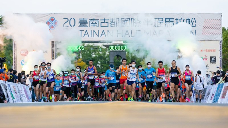 台南古都國際半程馬拉松參賽者踴躍,防疫工作不馬虎。圖/台南市政府提供