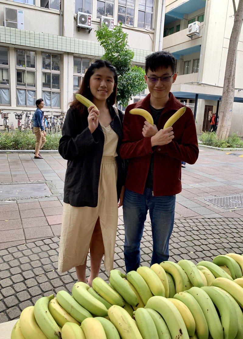 台科大校友總會理事長許恆壽將香蕉捐贈給台科大學生會,由學生會會長陳舒淳代表同學們領取。圖/台科大