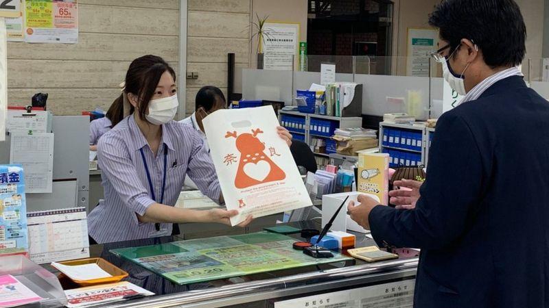 日本奈良在地企業開發用米糠做成的「鹿紙袋」。(取自BBC)