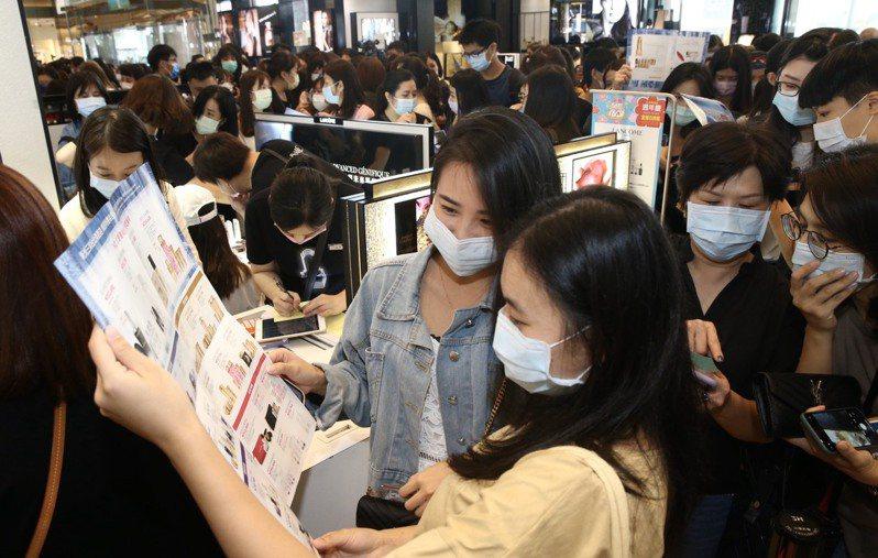 台灣防疫有成,百貨周年慶人潮爆滿。記者林俊良/攝影