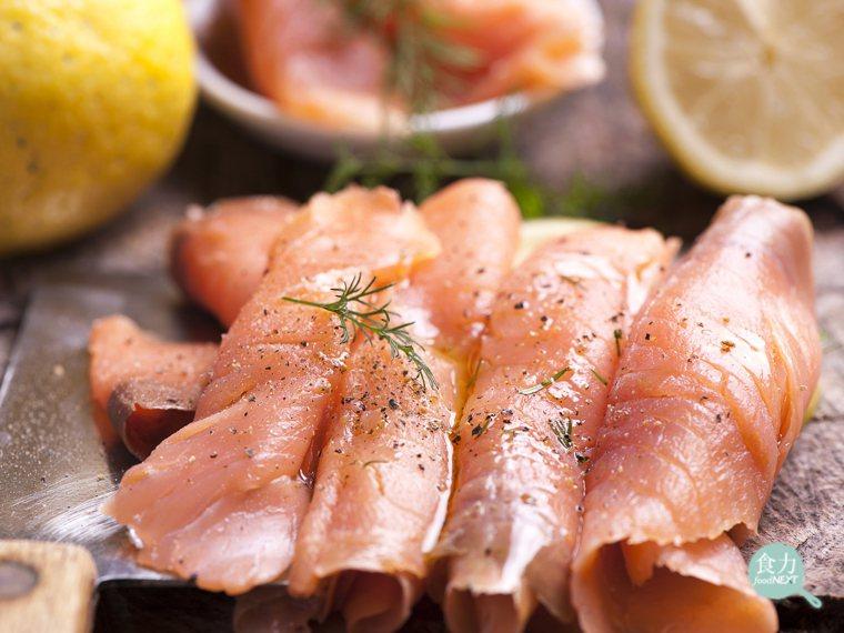 長時間低溫的冷燻法,為鮭魚肉帶來類似於熟成牛肉的風味,可增強煙燻效果。 圖片提供...