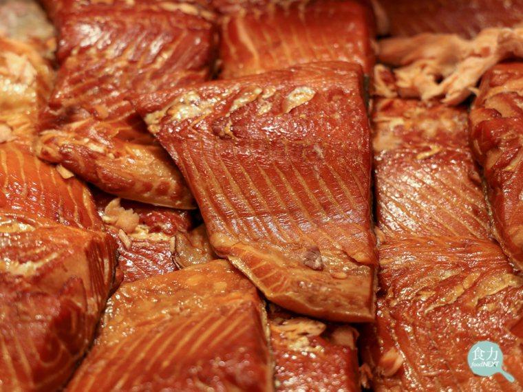 以熱燻法處理後的鮭魚肉,表面有明顯較厚的硬皮。 圖片提供/食力