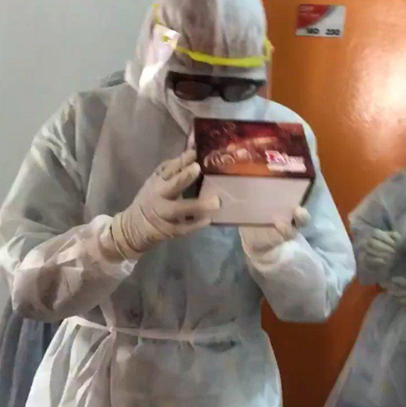 馬來西亞醫護人員拍門送上生日蛋糕,令隔離女生感動落淚。(「Khiera Wzag」Twitter圖片)
