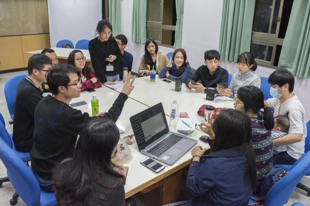 青創團隊參與培力工作坊,討論入住初期的合作任務如何執行。 圖/原典創思提供