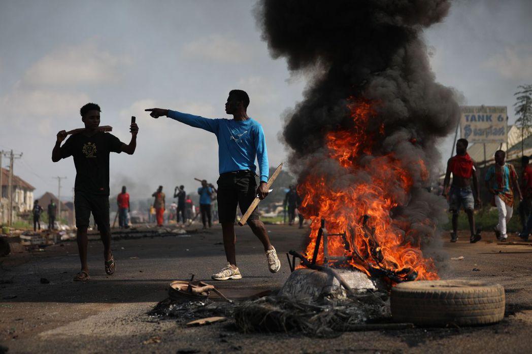 在全國抗爭中,各級城市出現零星打劫的混亂現象。拉哥斯州政府頒布「24小時外出禁令...