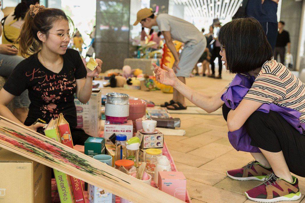 東明青創團隊於今年7月規劃「以物易物」跳蚤市場,邀請住戶及周邊居民體驗。 圖/臺北市社會住宅青年創新回饋計畫