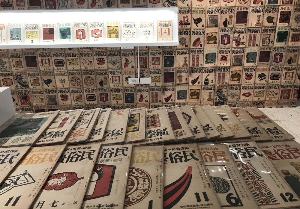 前方平台上擺放了可供參觀者自由翻閱的復刻本,是早期「古亭書屋」在1968年印製發行的稀有版本。 圖/作者自攝