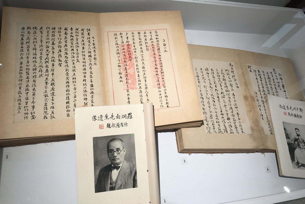 舊香居提供展出早年日治時期新竹文人羅炯南、鄭十洲家族後代整理先人殘留手稿排印出版的《羅炯南先生遺墨》《鄭十洲先生遺稿》。 圖/作者自攝
