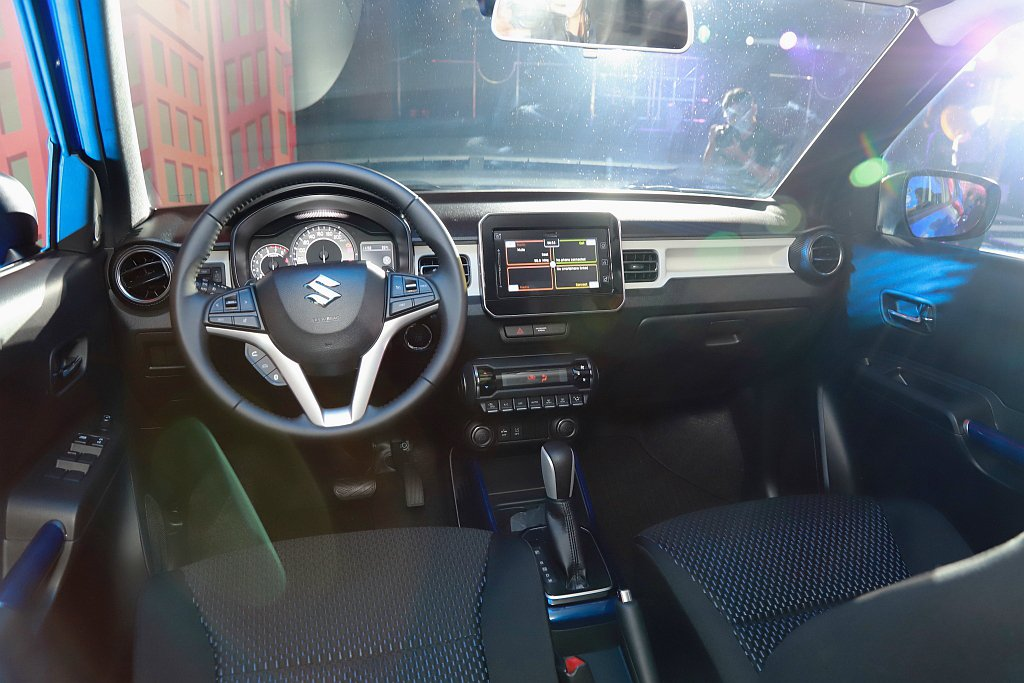 小改款Suzuki Ignis中央控制區與車門把手更對應不同車色的配色設計,提供...