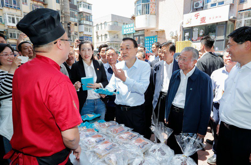 李克強5月底曾經於中共兩會鼓勵發展「地攤經濟」。 圖/中新社