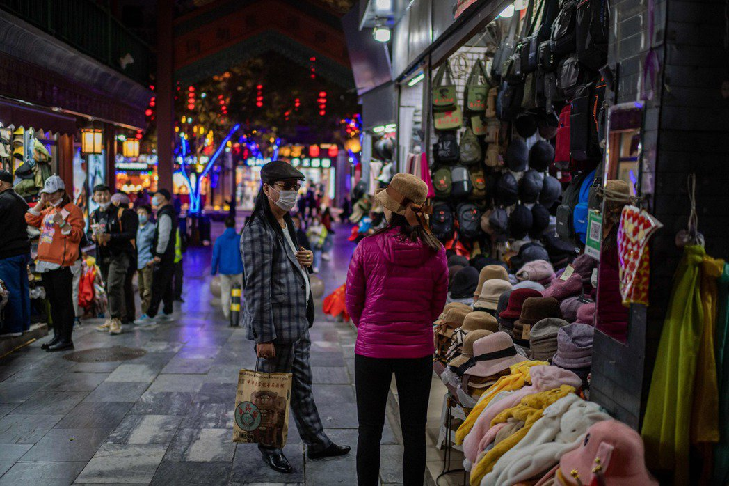 北京市商務局等六個部門在10月推出《關於疫情常態化防控期間臨時佔用公共空間開展特色經營活動的有關工作意見》。示意圖。 圖/法新社