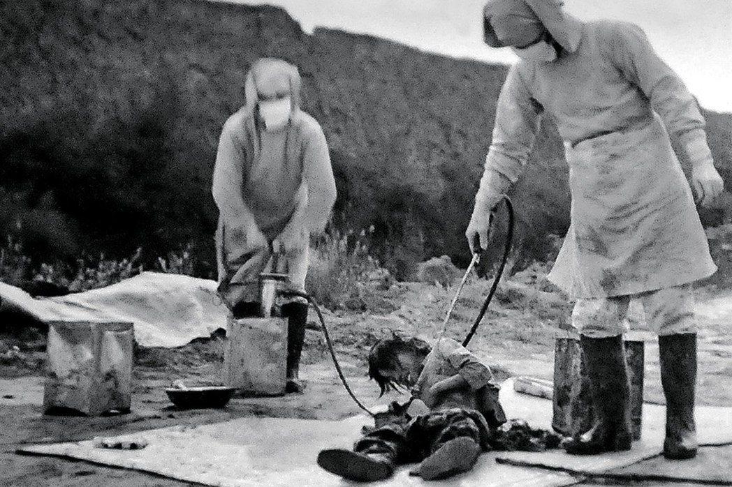 圖為以俘虜進行生化武器的人體實驗,惡名昭彰的七三一部隊。鑑於戰前有許多研究者選擇...