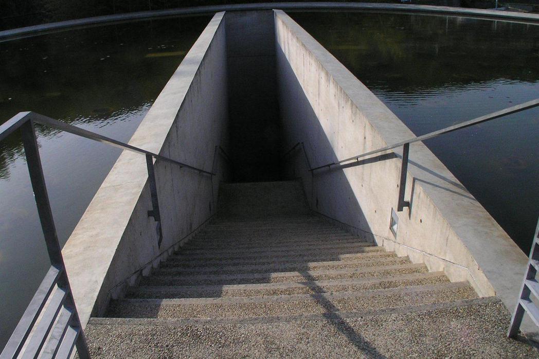 日本兵庫縣本福寺隱藏在蓮花池下的佛堂「水御堂」。 圖/取自維基共享