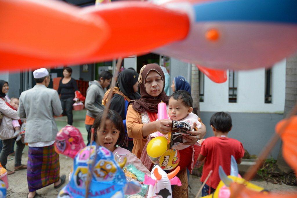 印尼籍失聯移工在台灣人數最多,生母註記印尼籍,小孩也理所當然成了印尼籍,自然難以依照無國籍、無依兒少處理,也無法出養。示意圖。 圖/法新社