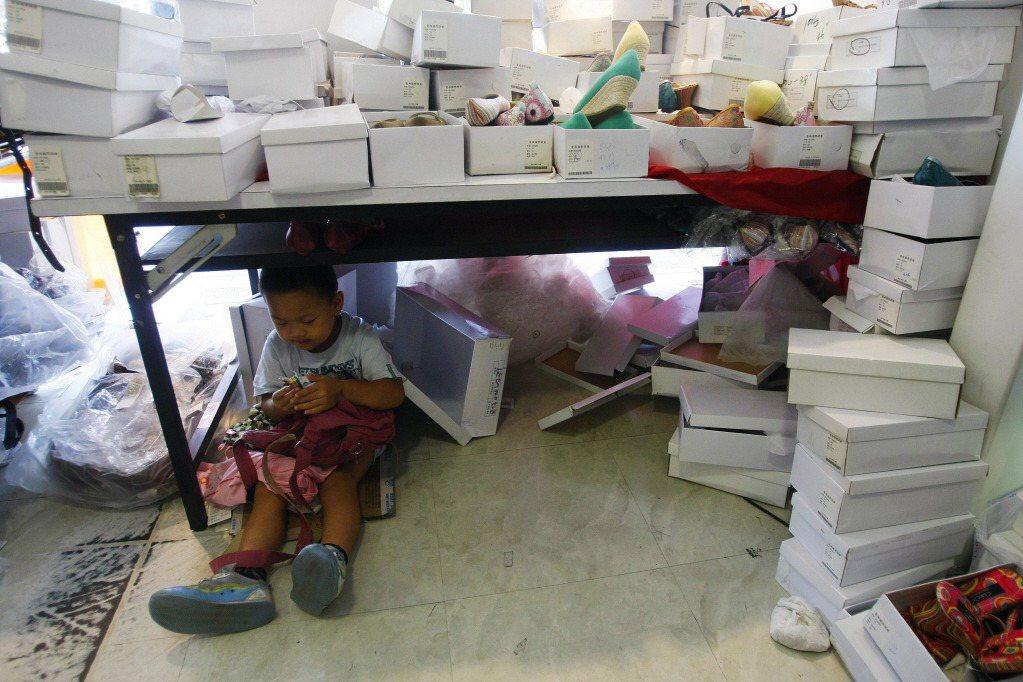 失聯移工所產下的黑戶兒童,就是生命最脆弱的一群。期盼台灣能在建立更緊密社會安全網的同時,不漏掉這一小群人。示意圖。 圖/路透社