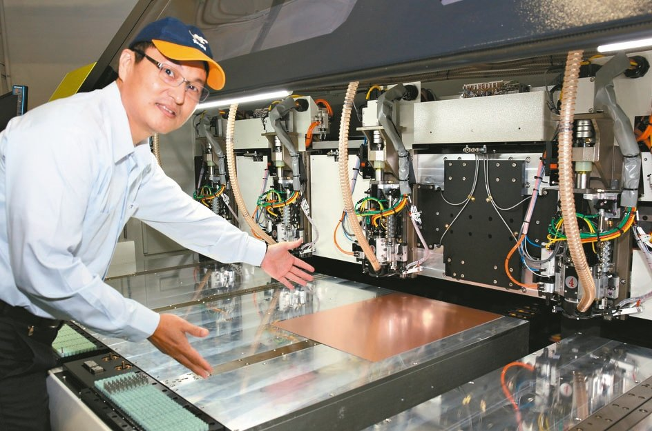 東台精機副總陳育斌指出超大檯面鑽孔機可大幅提升生產效率。 東台/提供