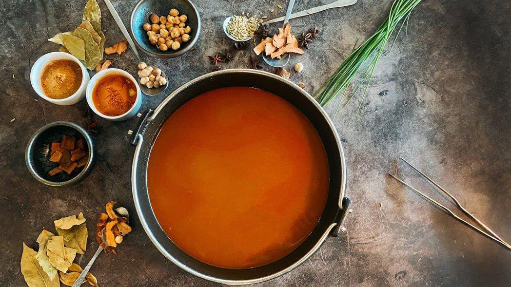特製南洋風味印度咖哩鍋。肉懷食/提供