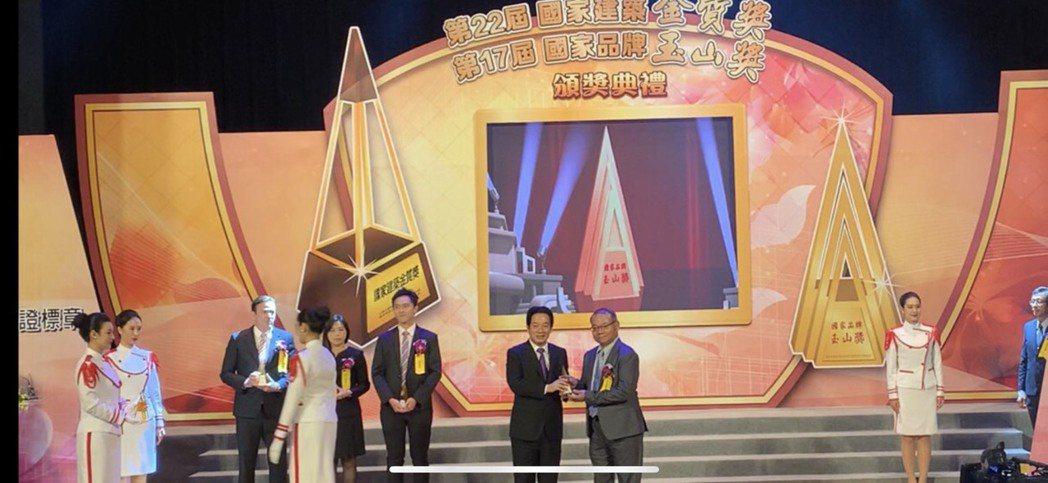 啓原精密董事長李永裕(右)接受副總統賴清德表揚。 啓原精密/提供