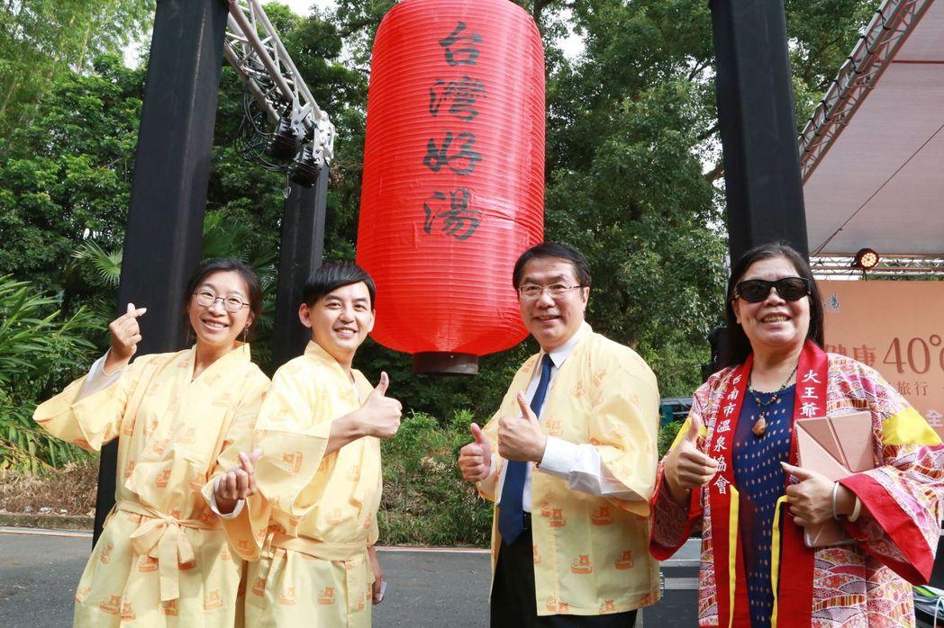 黃子佼(左二)與黃偉哲市長(右二)合影。  臺南市政府 提供