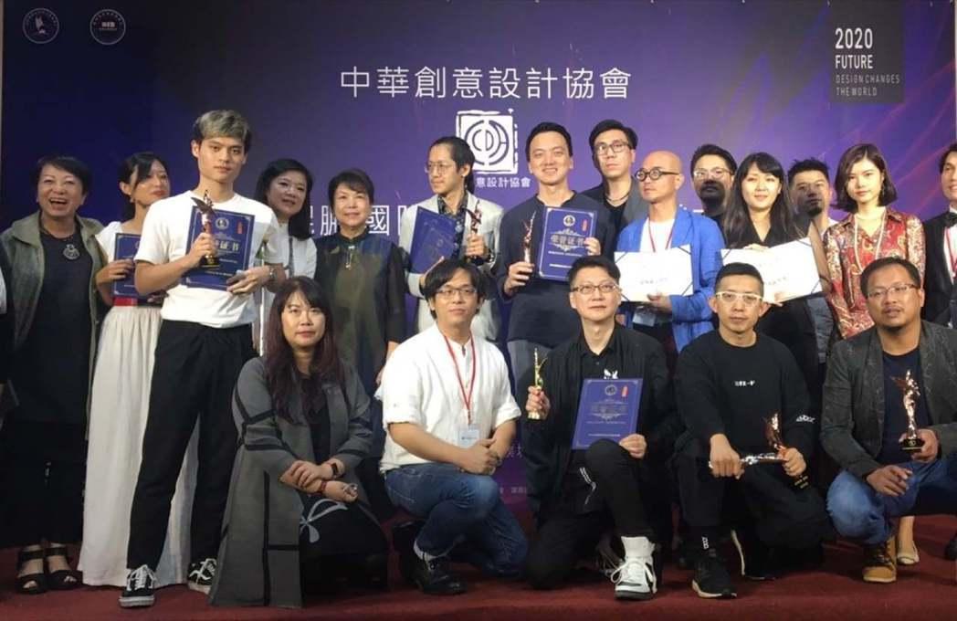2020晶鯤鵬國際設計大賽得獎人合影。 健行科大/提供。