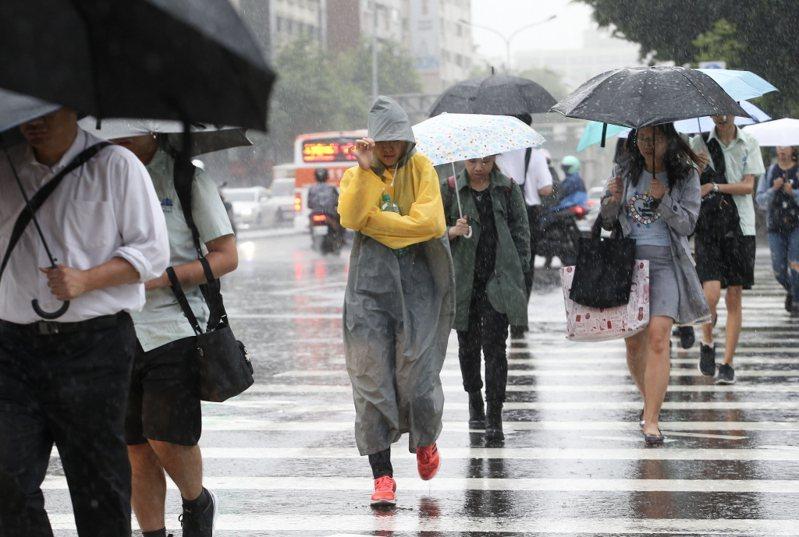 中央氣象局說,今明雨勢最明顯,輕颱沙德爾有機會在明天下半天發展為中度颱風,不過仍要觀察。 本報系資料照/記者余承翰攝影