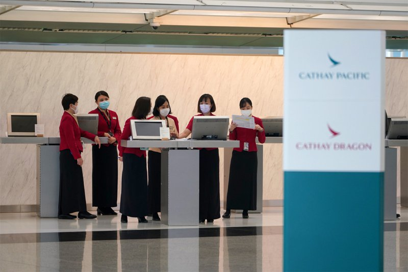 圖為香港國際機場國泰和國泰港龍櫃檯。中新社