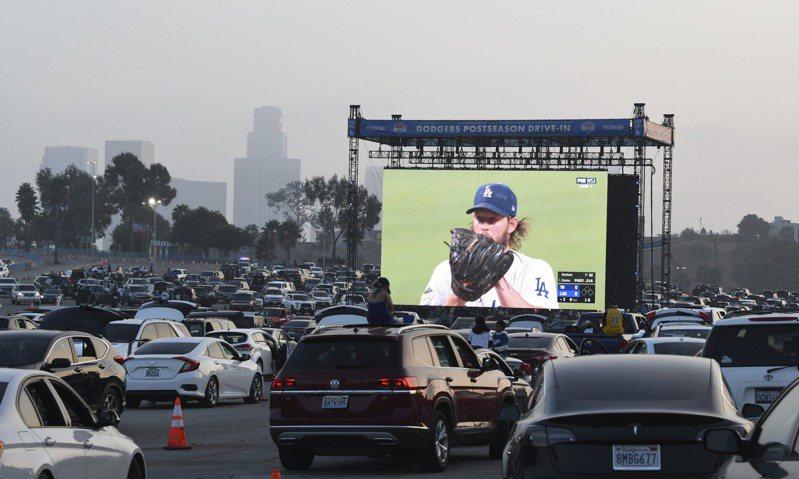 道奇在自家主場停車場架大螢幕舉辦世界大賽直播派對,球迷也欣賞到克蕭首戰精湛的投球表現。 美聯社