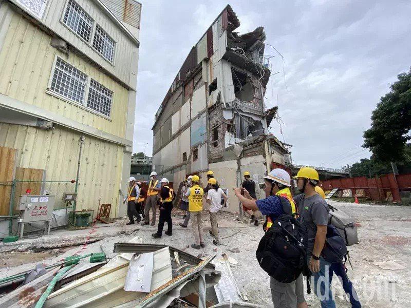 交通部次長王國材下午前往黃春香住家視察,後方被拆半毀房子就是黃家。聯合報系記者修瑞瑩/攝影