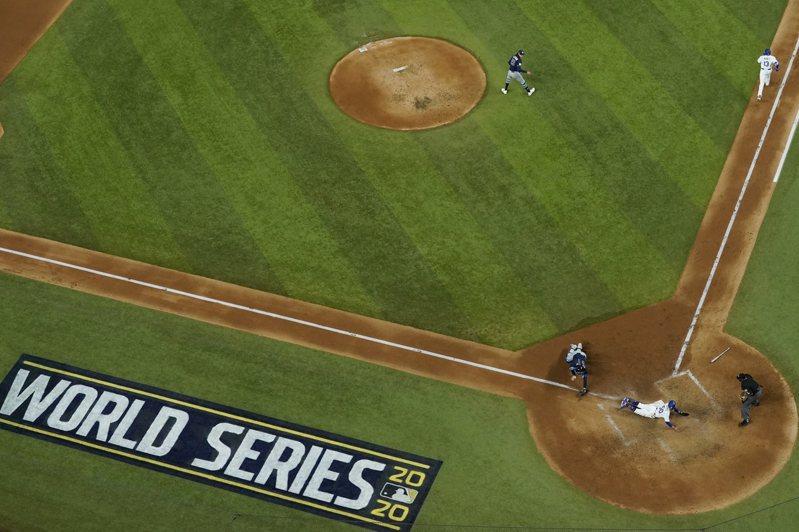 MLB世界大賽開放球迷入場,但人數嚴格管控首戰只有1萬多人進場,寫下百餘年來世界大賽觀眾最少的一次。 美聯社