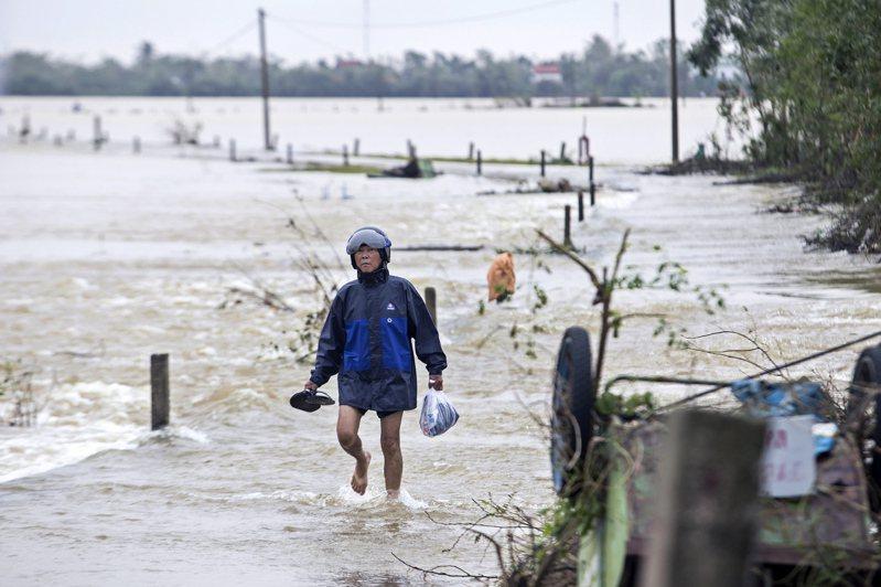 另個風暴即將於週末來襲之際,越南當局今天表示,越南中部因連續數週的洪患與土石流災情,造成至少111人死亡及20多人失蹤。 歐新社