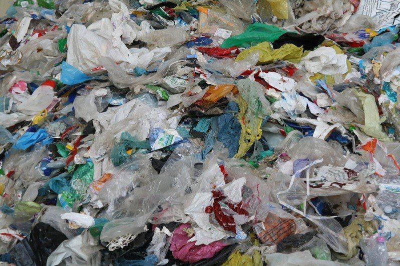據估計,每年有超過800萬噸的塑膠廢物流入海洋,造成微塑料污染。(photo byneedpix)