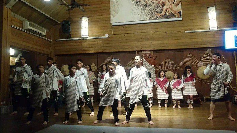 山月村每一天夜晚為住宿遊客安排有精彩的迎賓舞,表演者完全是鄰近太魯閣族部落的青年,學生及孩童擔綱演出,也都是在地秀林鄉的村民 。