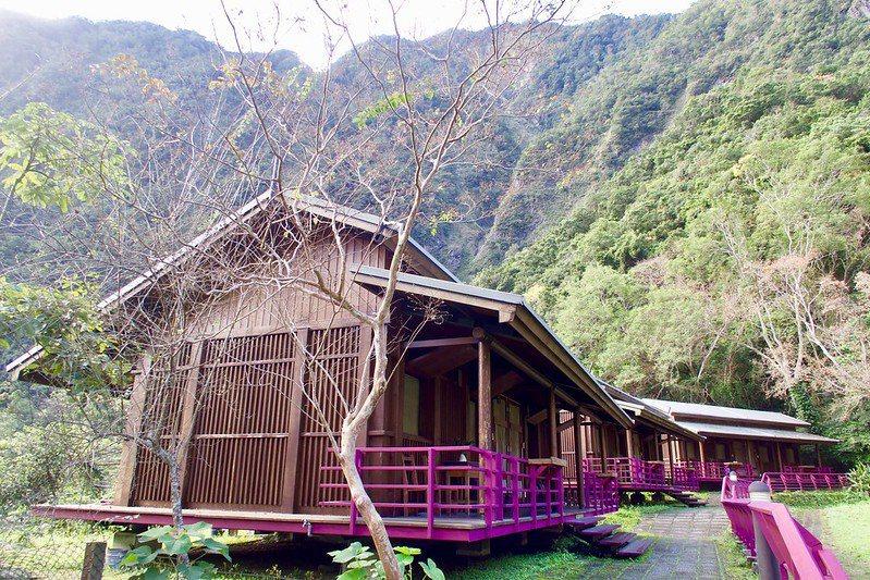 19棟小木屋,在面積有2.5公頃的土地上,享受得天獨厚的峽谷的自然生態,「好空氣、好山、好水」是山月邨的獨特,山谷裡深、森呼吸,非常的舒服,在這裡有一種特有的舒適感,大自然沒有污染的環境,總能帶給人們的身心靈淨化。