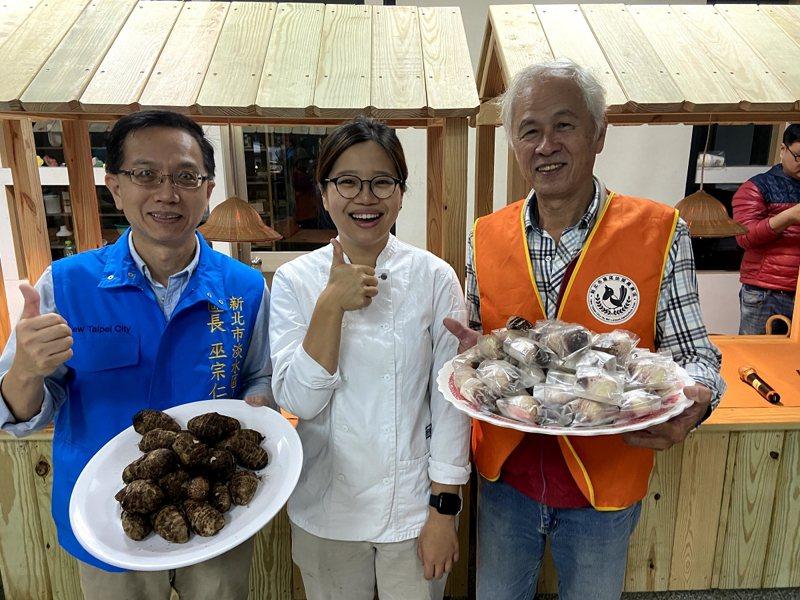 聖約翰科大找來點心專業廚師,教淡水區樹興里社區媽媽們DIY製作山芋產品。 圖/紅樹林有線電視提供