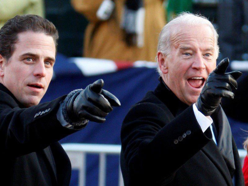 美國民主黨總統候選人拜登(右)和其子杭特(左)。 路透