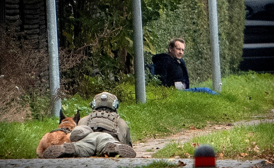 丹麥警方包圍越獄的馬德森。路透