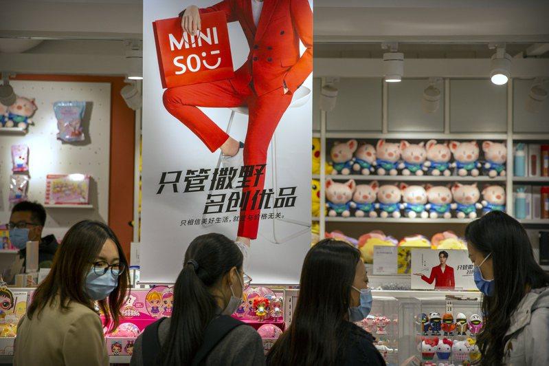 中國雜貨品牌名創優品(Miniso)採用雷同優衣庫和無印良品等日本零售商的營業模式和商品系列,引發「山寨」質疑。 圖/美聯社